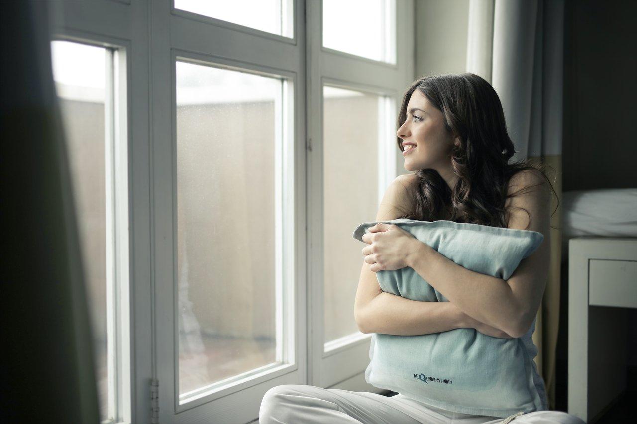 Kobieta przytula poduszkę