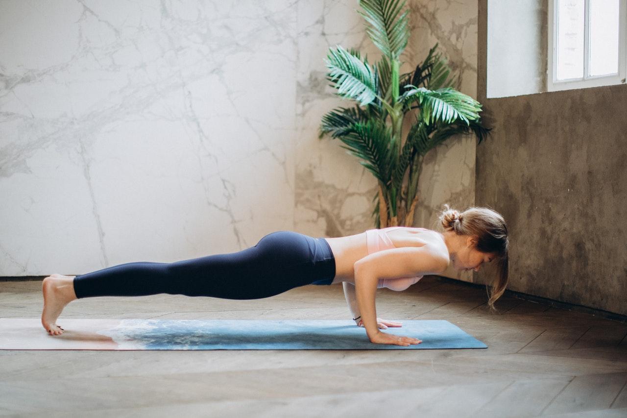 Kobieta praktykująca jogę