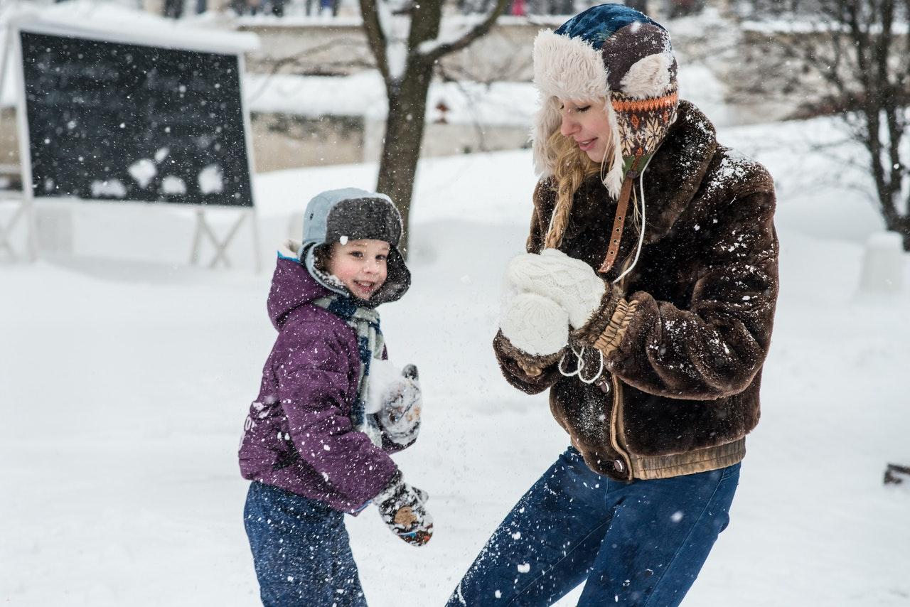 Dzieci bawią si e na śniegu