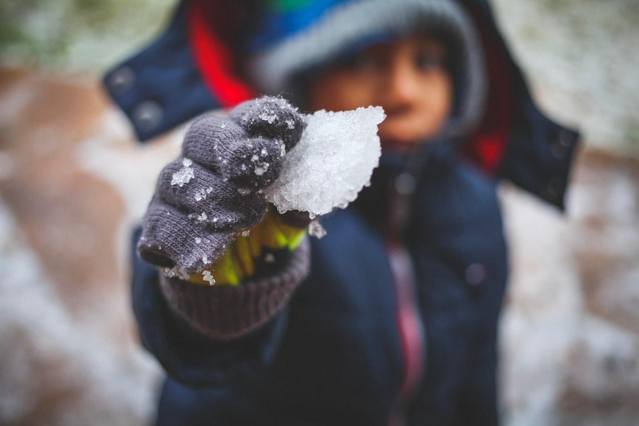 Dziecko trzyma trochę śniegu