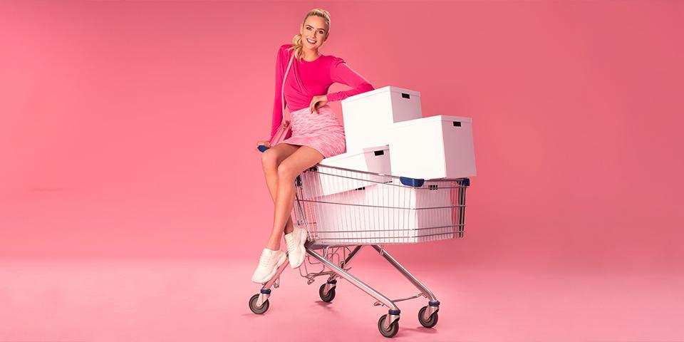 Kobieta siedzi na wózku zakupowym