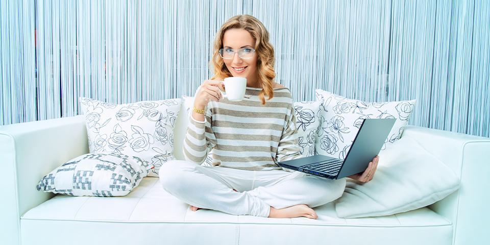 Kobieta z laptopem i kawą