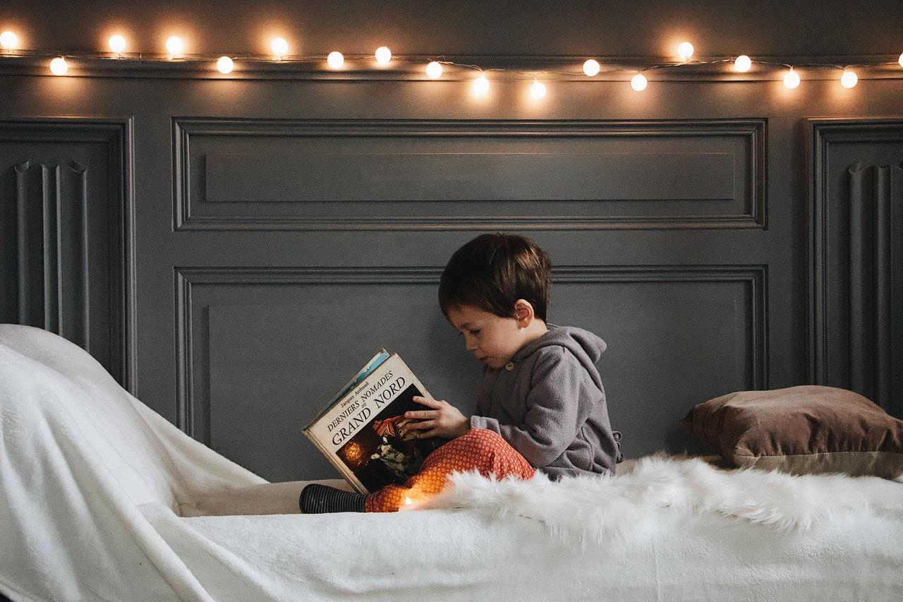 Chłopiec czyta książek