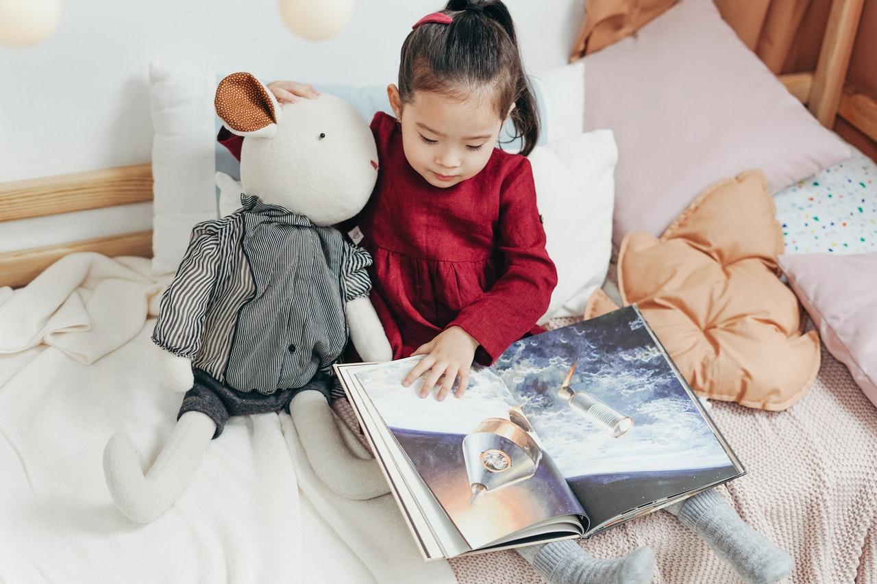 Dziewczynka ogląda książkę