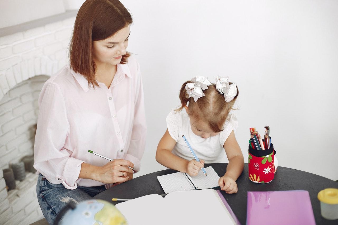 Mama i dziecko rysują