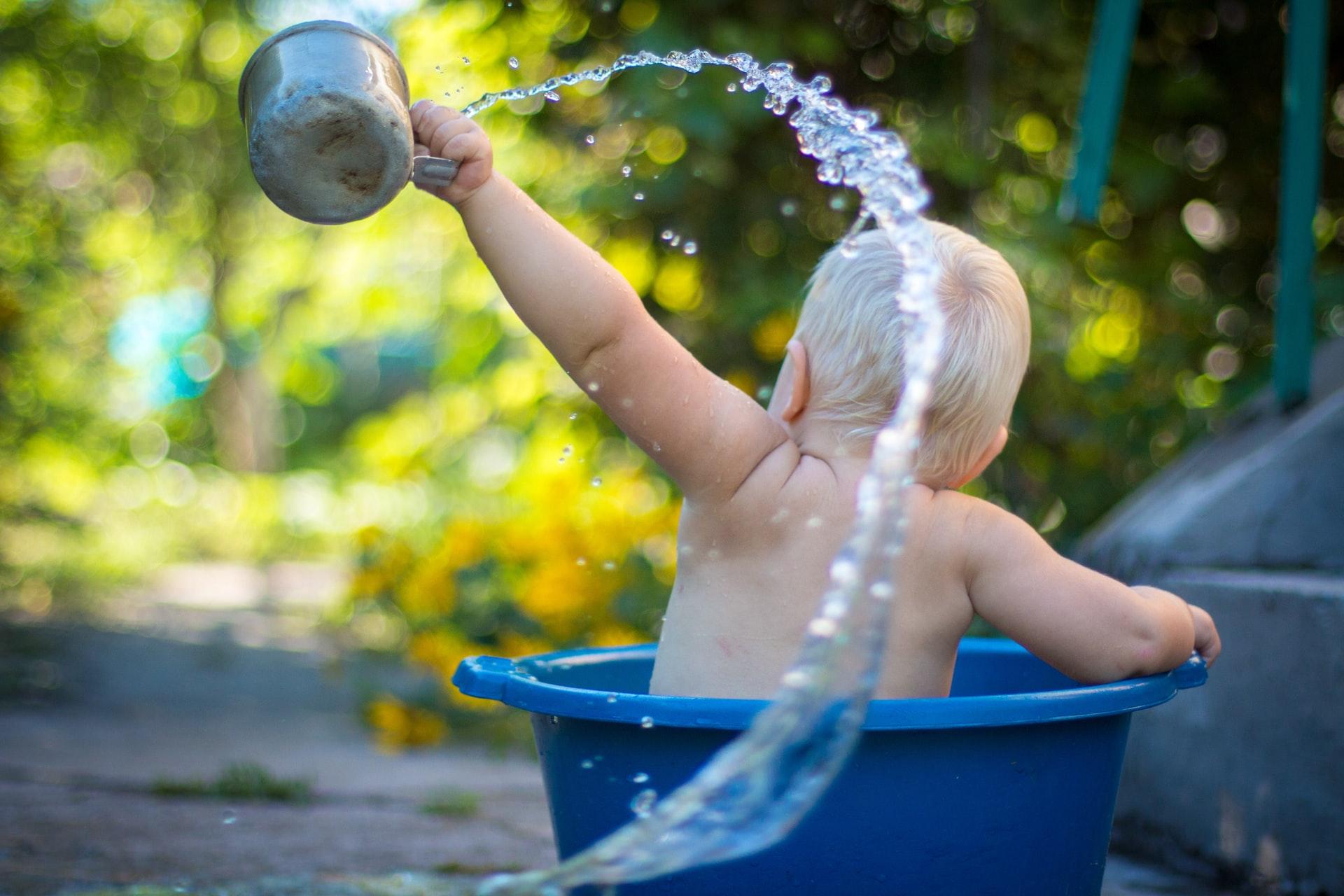 Dziecko kąpie się w misce