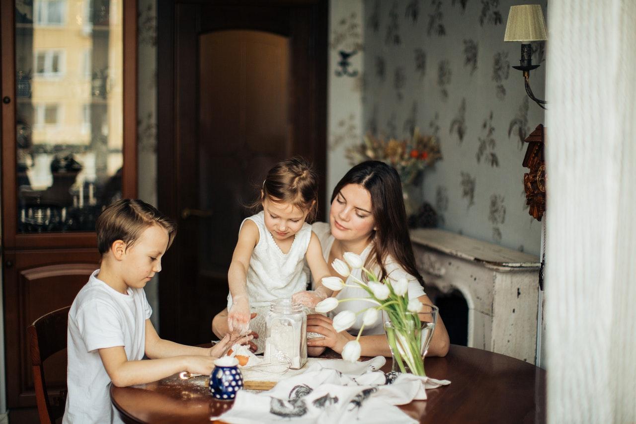 Mama z dziećmi przy stole