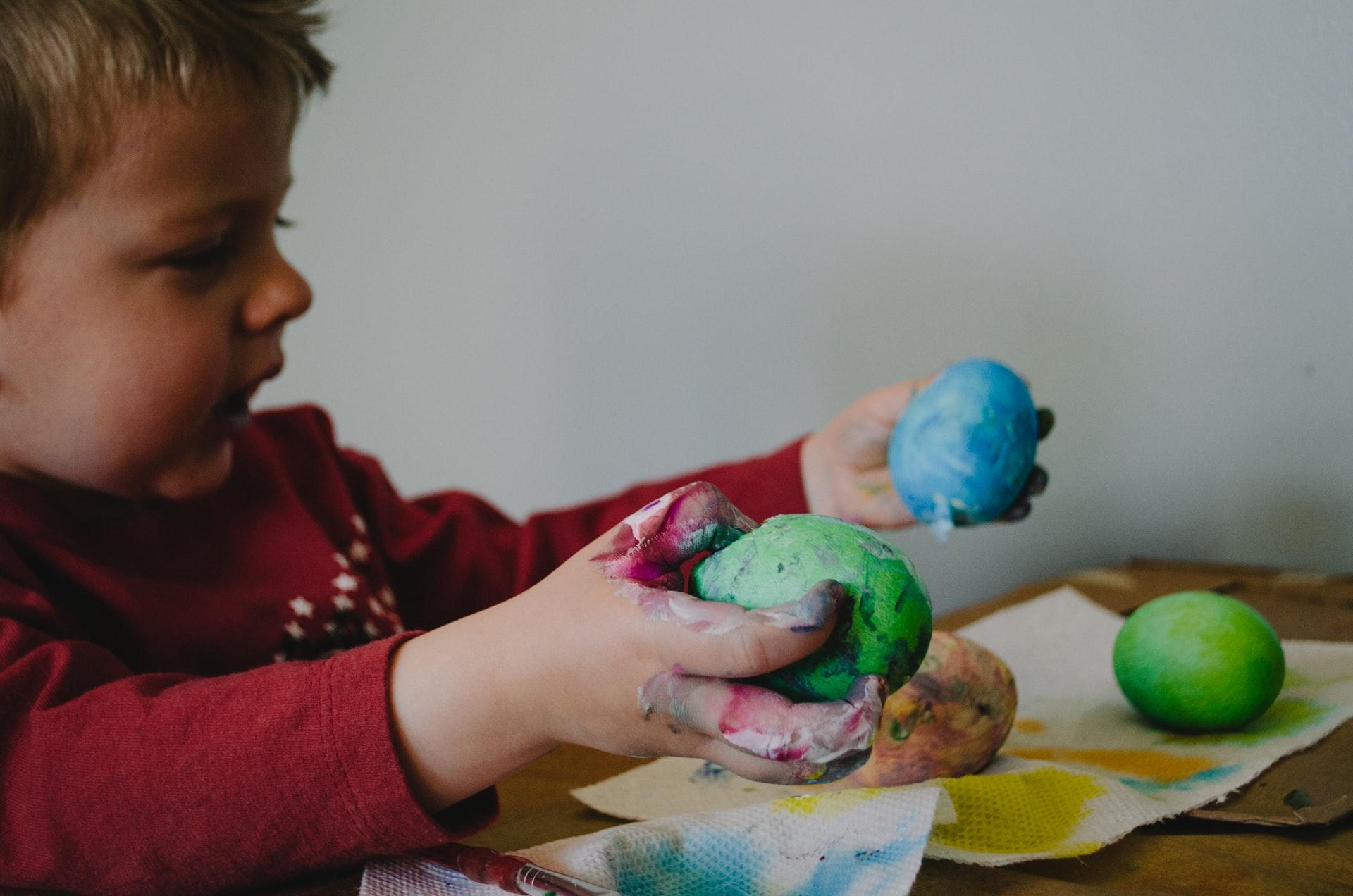 Dziecko maluje ozdoby
