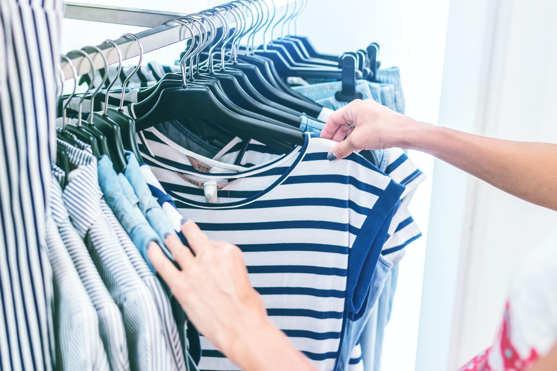 Przeglądanie ubrań w szafie