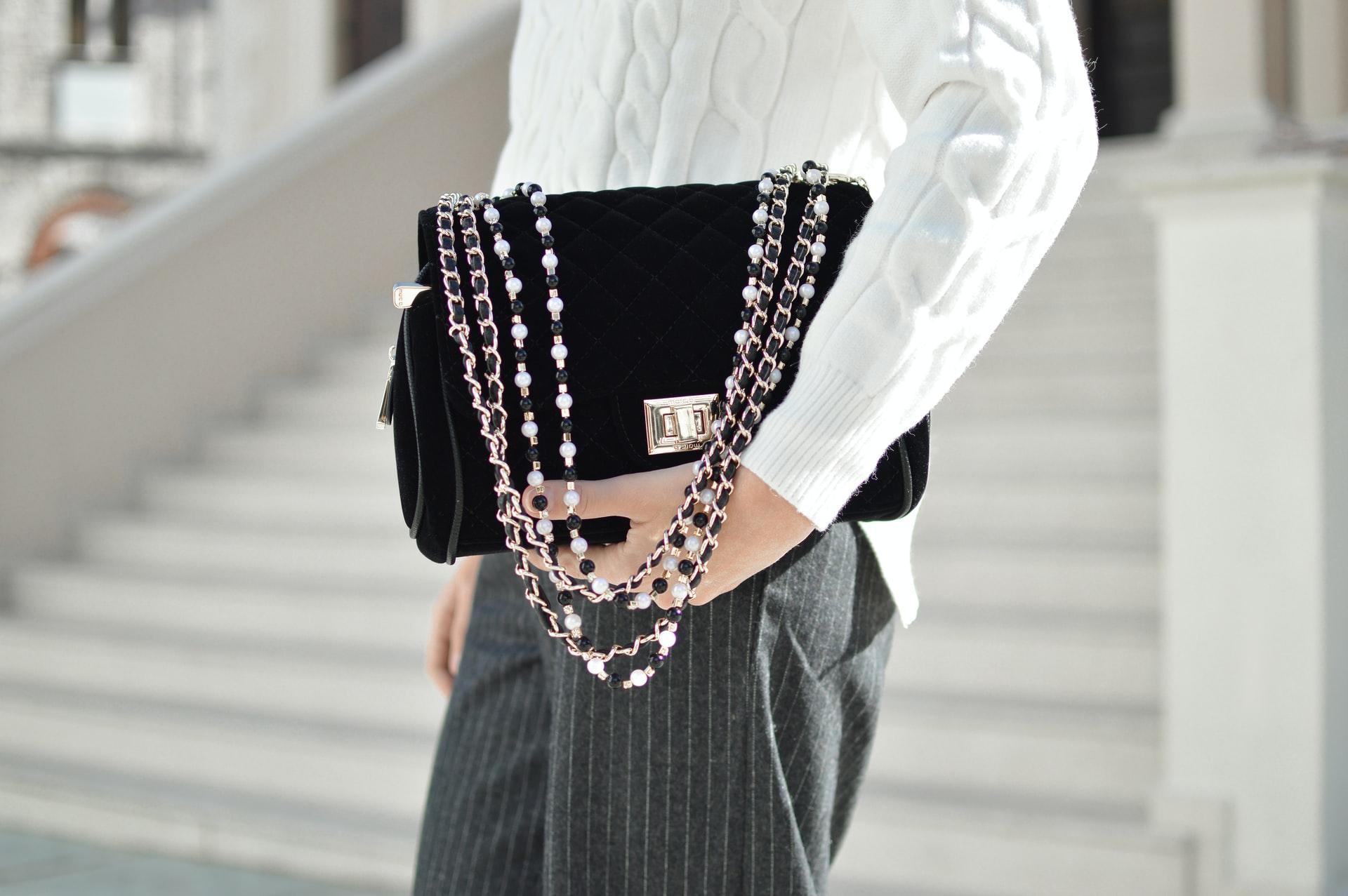 Kobieta trzyma torebkę