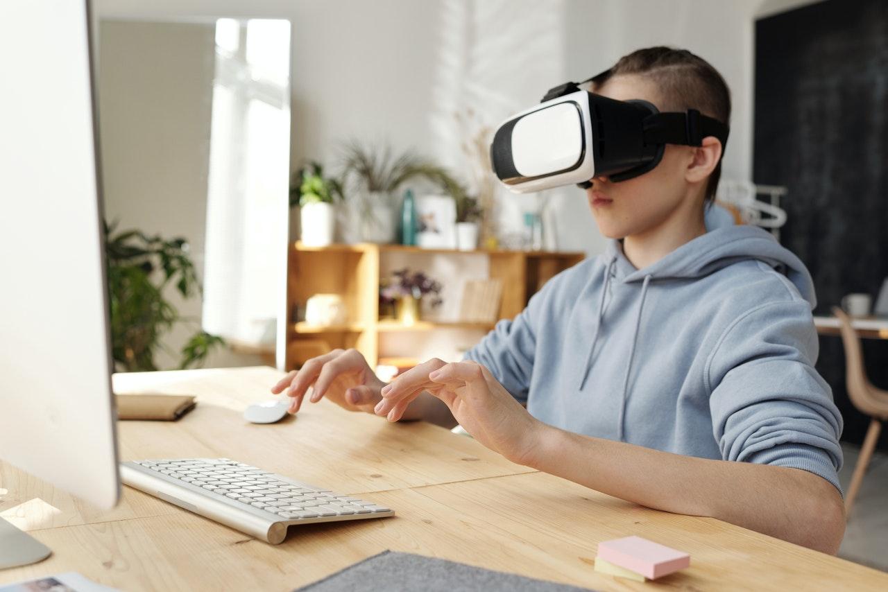 Dziewczyna w okularach VR
