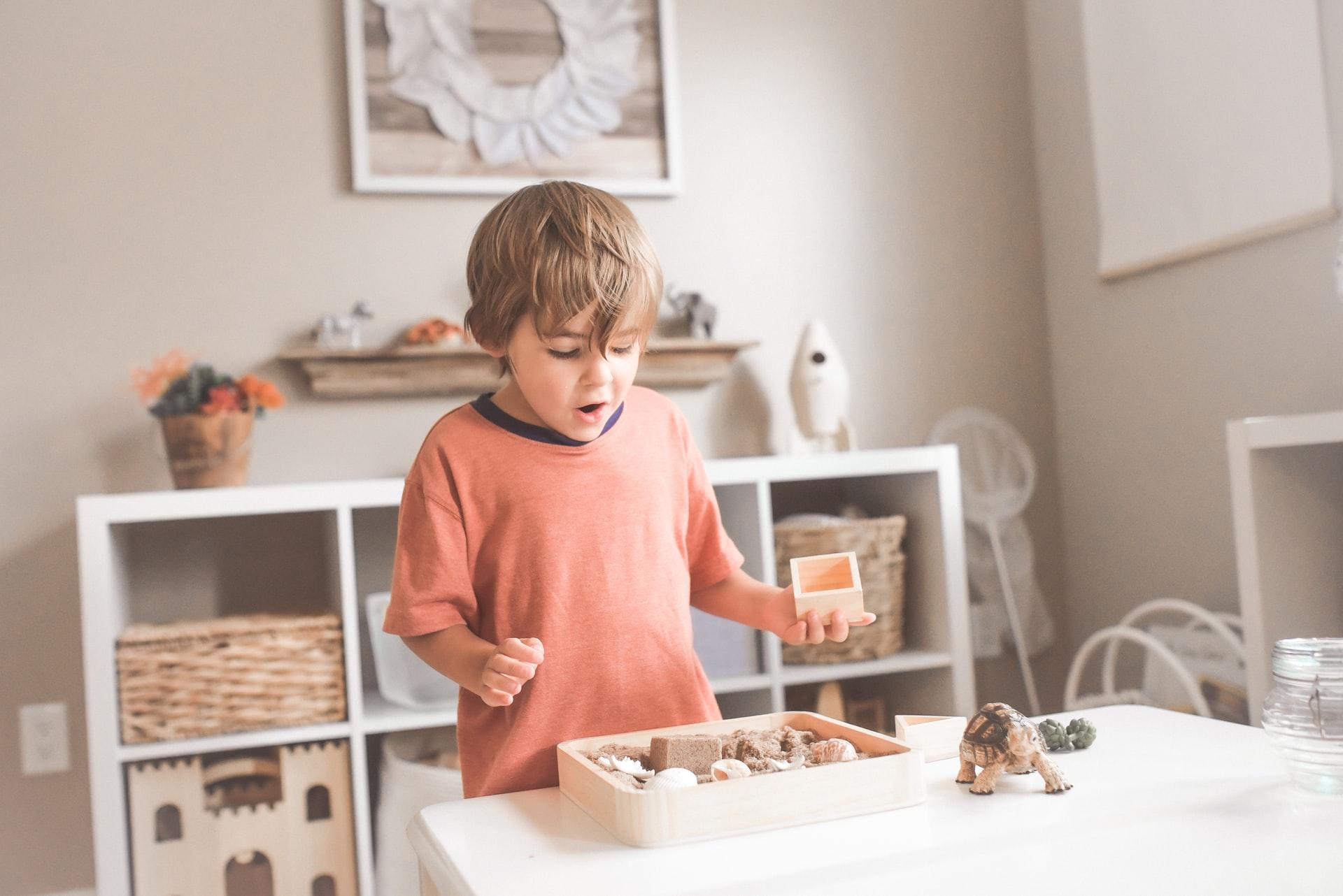 Dziecko bawi się przy stoliku