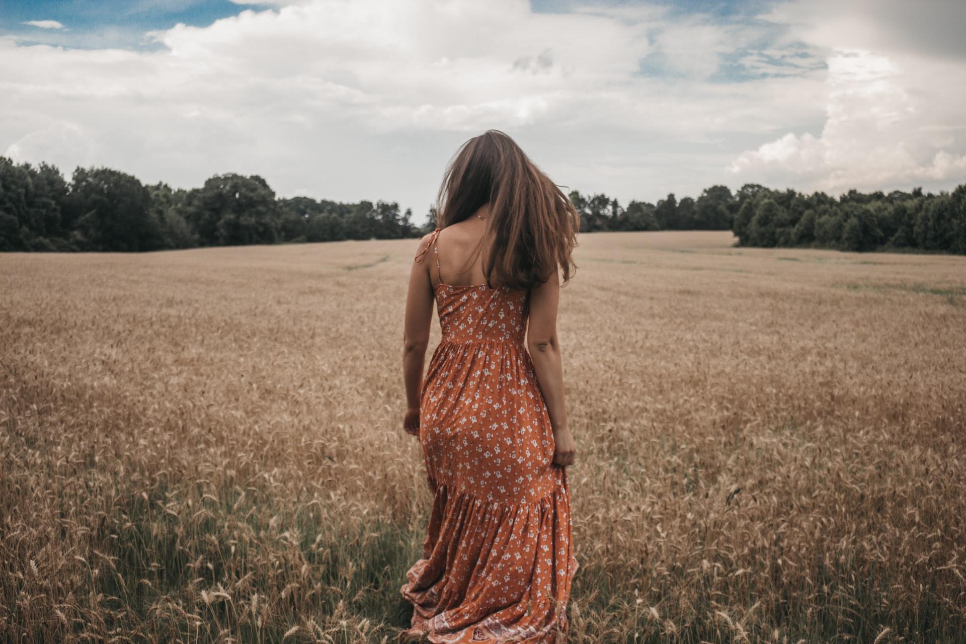 Kobieta w sukience na polu