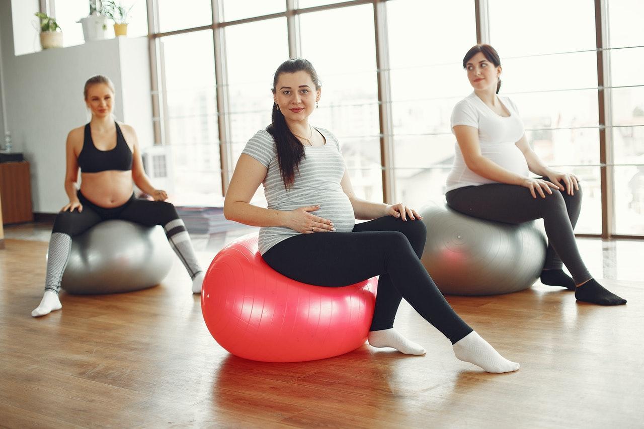 Kobiety w ciąży siedzące na piłkach