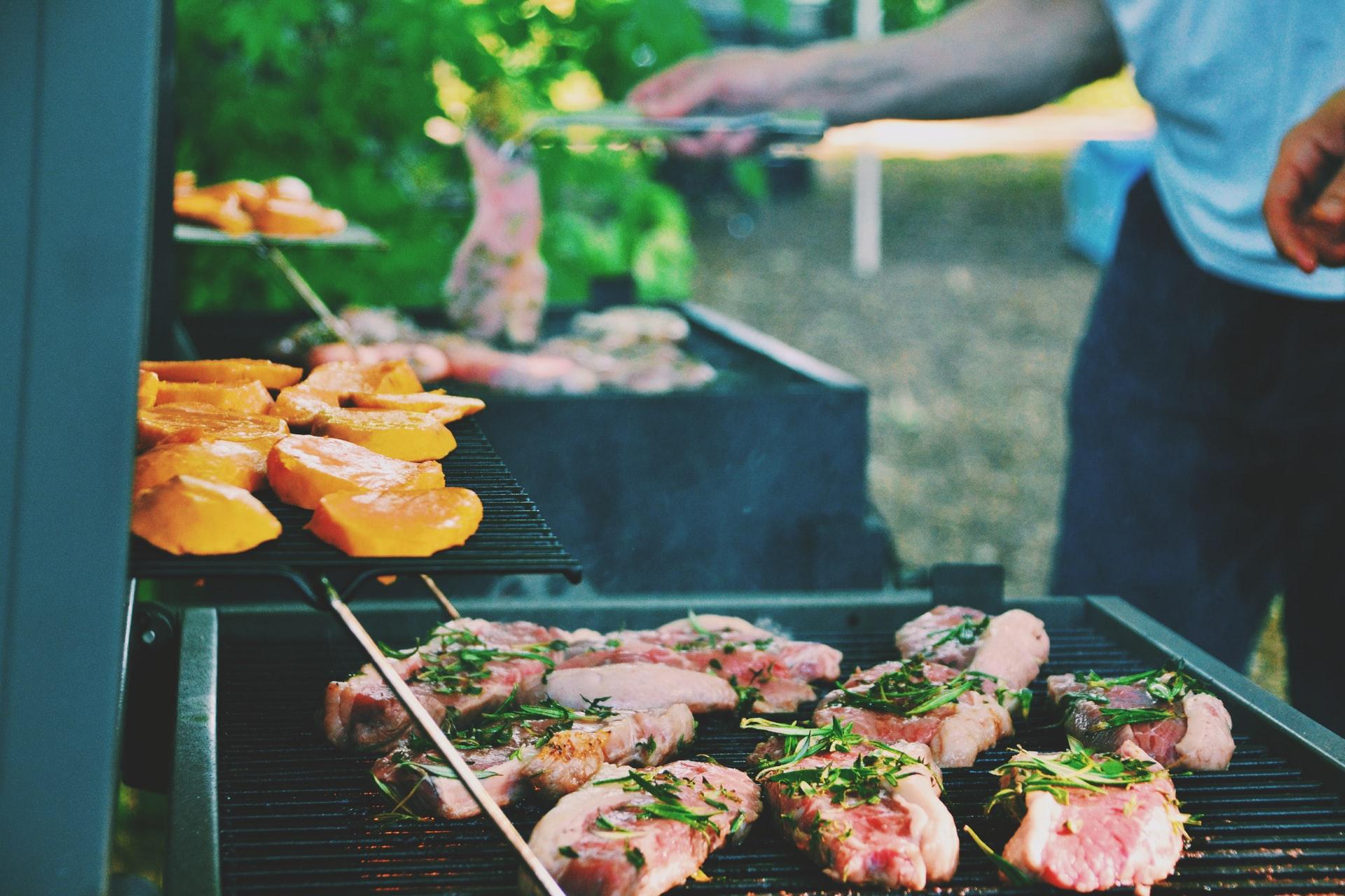 Mięso i warzywa na grillu