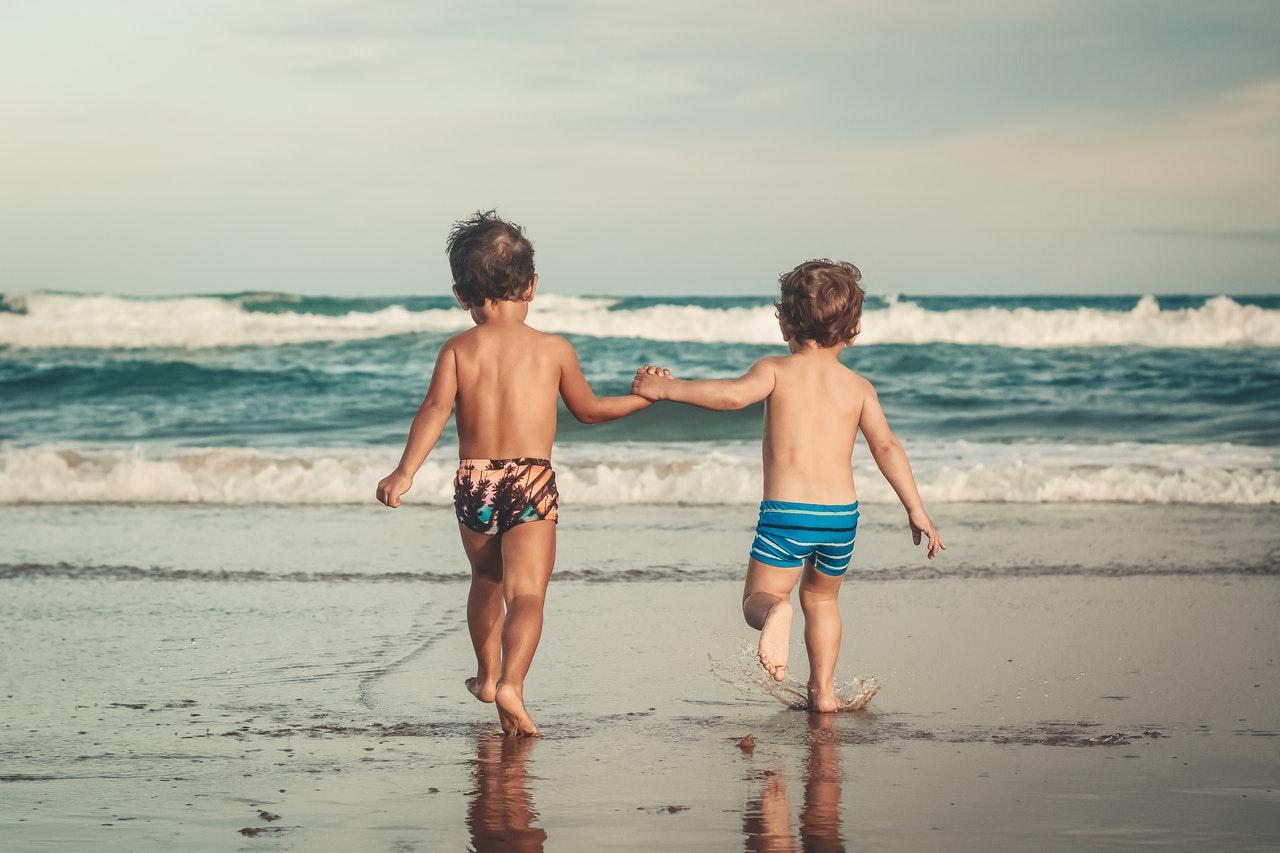 Dzieci biegną do morza