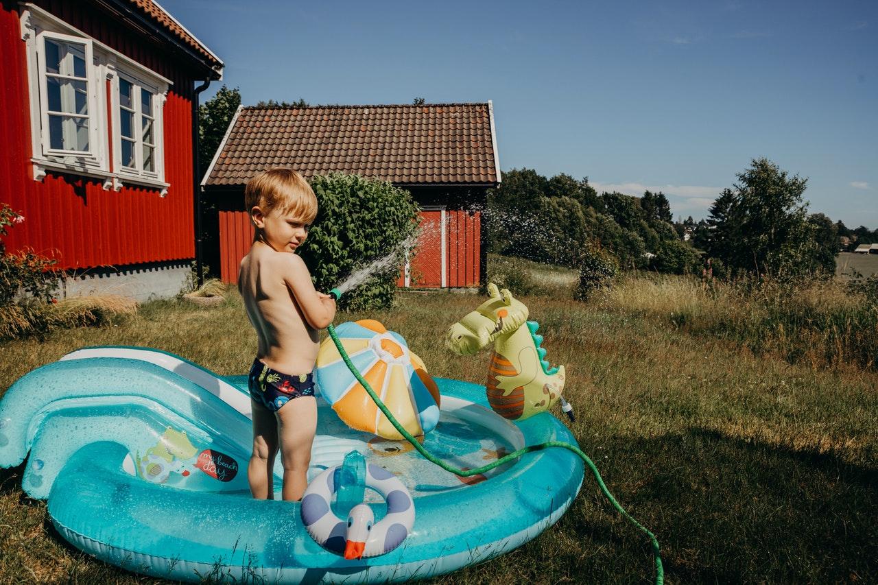 Dziecko w baseniku